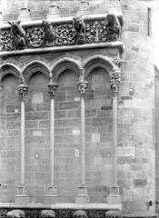 Eglise Notre-Dame - Façade ouest : Arcatures de la galerie