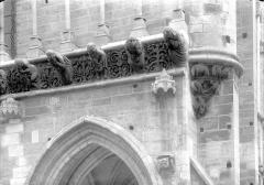Eglise Notre-Dame - Façade ouest : Frise sculptée entre le porche et la galerie d'arcatures