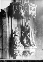 Ancienne chartreuse de Champmol, actuellement centre psychothérapique de Dijon - Portail de l'ancienne église. Statue du piédroit droit : Marguerite de Flandres à genoux présentée par sainte Catherine
