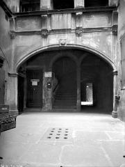 Maison - Cour intérieure : Grande arcade du rez-de-chaussée