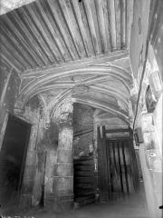 Maison du 15e siècle - Vestibule d'entrée : Plafond et départ d'escalier