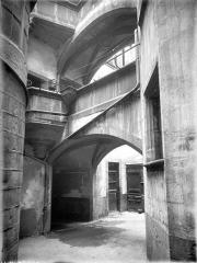 Hôtel Savaron - Cour intérieure : Passage voûté et galerie