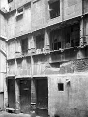 Hôtel Mallet de Vendègre, à Montferrand - Cour intérieure : Façade, au niveau du rez-de-chaussée