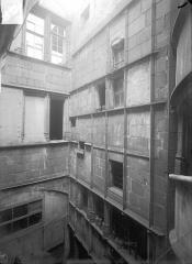 Hôtel Mallet de Vendègre, à Montferrand - Cour intérieure : Façade, au niveau des étages supérieurs
