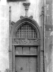 Hôtel Mallet de Vendègre, à Montferrand - Façade sur rue : Porte flamboyante avec bas-relief représentant Suzanne et les Vieillards