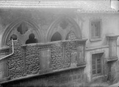 Hôtel de la Chanterie, à Montferrand - Façade sur rue : Fenêtres de l'étage supérieur
