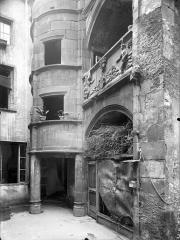 Maison dite d'Adam et Eve, à Montferrand - Cour intérieure : Tourelle d'escalier et galerie