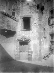 Ancienne commanderie du Temple, à Montferrand - Cour intérieure : Façade et porte