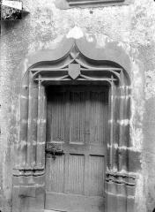 Ancienne commanderie du Temple, à Montferrand - Cour intérieure : Porte