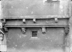 Maison, à Montferrand - Façade sur rue : Corbeaux sculptés