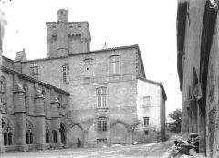 Ancienne abbaye de la Chaise-Dieu - Restes du cloître et partie supérieure de la tour Clémentine