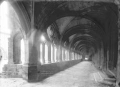 Ancienne abbaye de la Chaise-Dieu - Cloître : Vue intérieure de la galerie nord