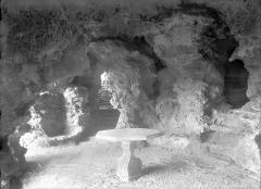 Terrasse et grotte de rocaille - Vue intérieure d'une grotte : Rotonde
