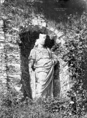 Terrasse et grotte de rocaille - Statue située dans une niche de la terrasse : Minerve