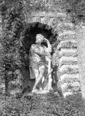 Terrasse et grotte de rocaille - Statue située dans une niche de la terrasse : Hercule