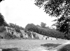 Terrasse et grotte de rocaille - Partie centrale de la terrasse et rampe