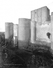 Château et son enceinte - Vieux Château : Tours à éperon de l'enceinte sud et donjon