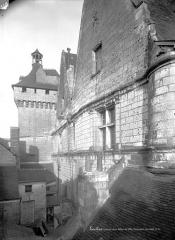 Hôtel de ville et Porte Picoys - Façade extra-muros en perspective, côté ouest