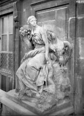 Domaine national du Palais-Royal (ancien Palais Cardinal), comprenant Conseil d'Etat, Conseil Constitutionnel, Ministère de la Culture, théâtre de la Comédie Française - Cour d'honneur, façade nord, statue de l'abondance