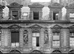 Hôtel Béthune-Sully - Façade principale sur la cour, fenêtres et lucarnes
