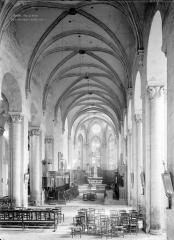 Eglise abbatiale Saint-Pierre - Nef, vue de l'entrée