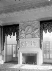 Domaine national : Château de Maisons-Laffitte - Salon du rez-de-chaussée, cheminée