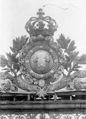 Domaine national de Versailles - Ecusson de la grille d'entrée