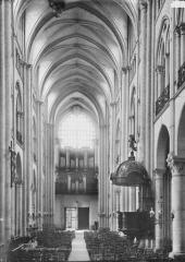 Ancienne cathédrale (église Notre-Dame) et ses annexes - Nef, vue du choeur