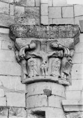 Ancien prieuré Saint-Léonard - Chapiteau, Crucifixion