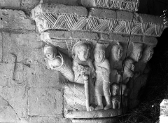 Ancien prieuré Saint-Léonard - Eglise (ruines). Chapiteau historié du choeur : Nativité et Adoration des Bergers