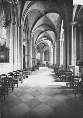 Ancienne église de Saint-Etienne-le-Vieux, actuellement magasin communal - Déambulatoire