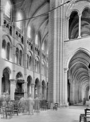 Ancienne cathédrale, actuellement église Notre-Dame, et cloître - Nef, vue diagonale, prise du transept