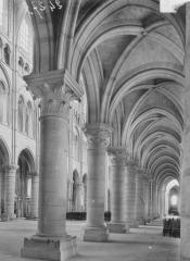 Ancienne cathédrale, actuellement église Notre-Dame, et cloître - Bas-côté sud et nef, vue du déambulatoire