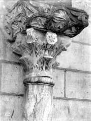 Eglise Notre-Dame la Blanche - Façade ouest : chapiteaux antiques