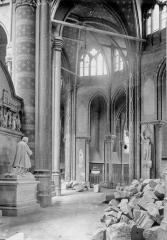 Ancienne collégiale Saint-Quentin - Déambulatoire, statue funéraire à genoux