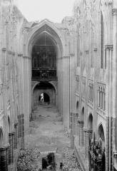 Ancienne collégiale Saint-Quentin - Nef, vue du choeur, avant la porte de la charpente