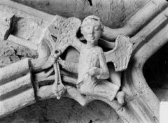Eglise Saint-Médard - Clef de voûte, ange thuriferaire