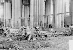 Cathédrale Notre-Dame - Fouilles exécutées le 30 août 1919, dans le sol du sanctuaire à l'endroit du maître-autel,  faisant découvrir les débris du jubé