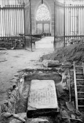 Cathédrale Notre-Dame - Pierre tombale de l'archevêque Gervais découverte le 11 août 1919, à 0,34 mètre en contrebas du sol du choeur