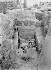 Cathédrale Notre-Dame - Ouverture de la tombe de l'archevêque Raynauld du Bellay, le 26 septembre 1919