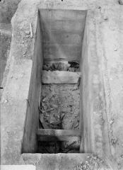 Cathédrale Notre-Dame - Tombe de Jean et Robert de Courtenay découverte le 12 septembre 1919, elle avait été violée