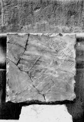 Cathédrale Notre-Dame - Pierre de dédicace du maître-autel trouvée dans la maçonnerie, le 16 août 1920, revers, signature du sculpteur