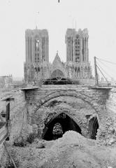 Cathédrale Notre-Dame - Couverture provisoire, montage des bois par la brèche du transept