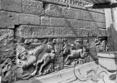 Cathédrale Notre-Dame et ses dépendances - Fragments G.R. encastrés dans la base du clocher