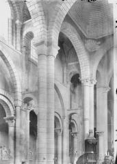 Eglise Saint-Hilaire - Bas-côté nord et travée de la coupole, vue diagonale