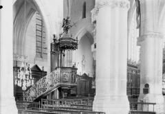 Eglise - Colonnes et chaire