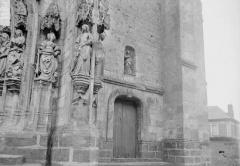 Eglise Saint-Pierre - Statues du portail, à droite