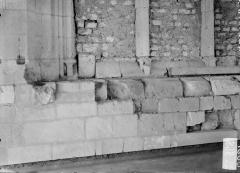 Ancienne abbaye - Eglise, soubassement de baie