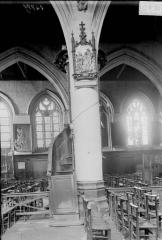 Eglise Saint-Leu - Colonne de la chaire et fenêtre de la nef