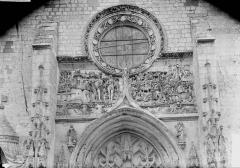 Eglise Saint-Pierre - Bas-relief, au dessus du portail